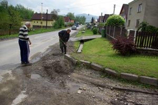 Kotešovci upratovali cestu ešte na druhý deň.