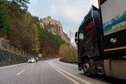 Pre údržbu cesty na hlavnom ťahu pod hradom Strečno dopravné obmedzenia.