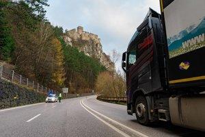 Pre údržbu svahu nad cestou na hlavnom ťahu pod hradom Strečno sú pripravené dopravné obmedzenia.