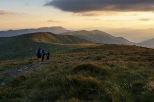 Cesta hrdinov SNP vedie cez lesy, mestá, asfaltové cesty aj po hrebeňoch pohorí.