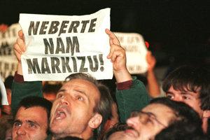 15. september 1998. Ľudia chodili protestovať do sídla televízie Markíza.