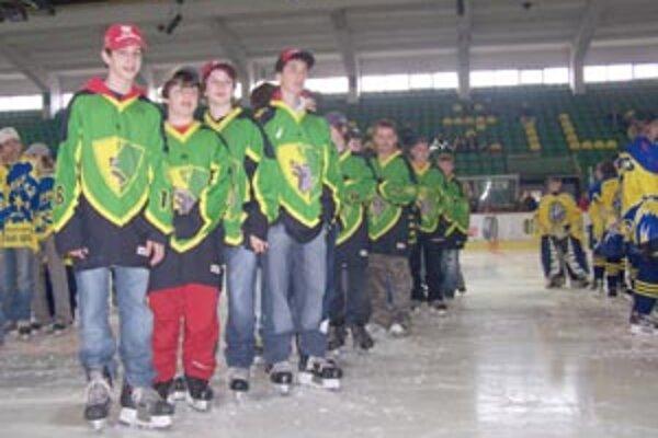 Mladí žilinskí hokejisti počas slávnostného otvorenia turnaja Grischun Cup 2007 v stredu 11. apríla v Žiline.