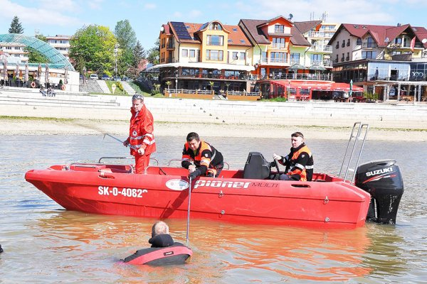 Táto loď pomohla záchranárom pri záchrane ľudí zpriehrady.
