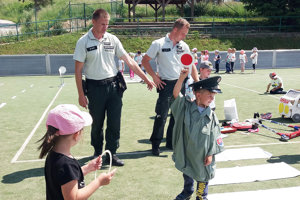 Deti s policajtmi na dopravnom ihrisku.