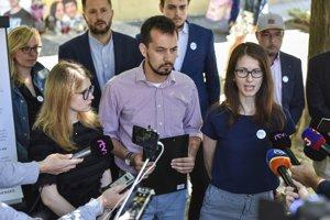Na snímke zástupcovia z iniciatívy Za slušné Slovensko uprostred Juraj Šeliga a vľavo Karolína Farská počas tlačovej konferencie iniciatívy Za Slušné Slovensko.