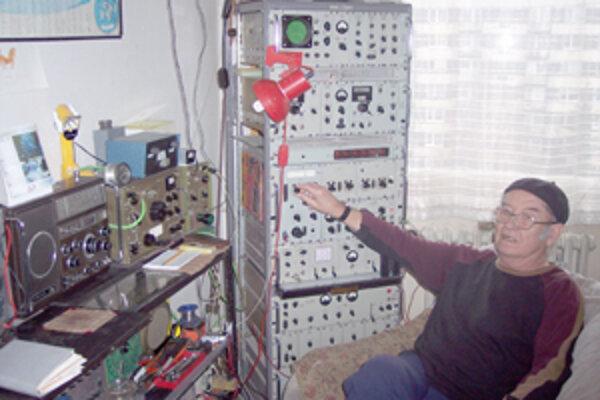 Eugen Komarin má už sedemdesiattri rokov. Možno je najstarším rádioamatérom na Slovensku a napriek svojmu veku vstáva každé ráno o piatej, aby si vypočul najnovšie rádiové správy.
