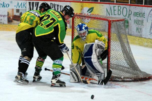 Americký veľvyslanec Rodophe M. Vallee bol počas exhibičného hokejového zápasu v Žiline vážnou hrozbou pre súperovu obranu.