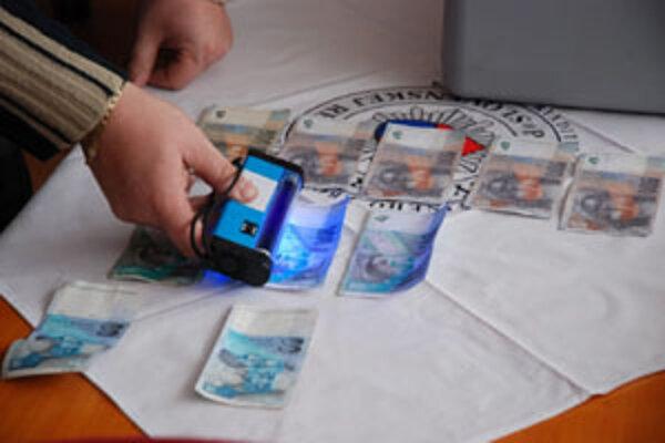 Na zaistených bankovkách chýbali ochranné znaky, ktoré sú voným okom ažko zistitené.