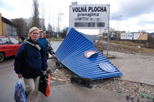 Silný vietor poškodil oplotenie v Žiline na sídlisku Vlince.