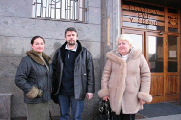 Zľava Alena Bašticová, Stanislav Lajda a Daniela Michalcová v de súdneho pojednávavia pred Krajským súdom v Žiline.