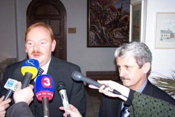 Primátor Ivan Harman ajeho stranícky kolega expremiér Mikuláš Dzurinda na stretnutí snovinármi po diskusii na žilinskej radnici.