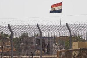 Egyptský vojak stráži na vojenskom stanovisku na severe Sinajského polostrova.