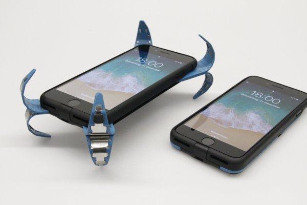 Návrh špeciálneho púzdra s vysúvacími nohami, ktoré chránia telefón pred nárazom do zeme.