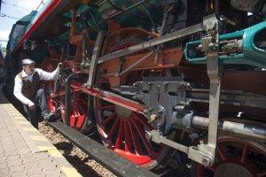 Rušňovodič pri prehliadke zreštaurovanej historickej parnej lokomotívy 486.007