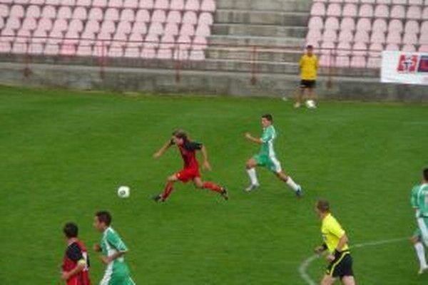 Začiatok akcie pred prvým gólom Púchova v podaní reváka (v červenom).
