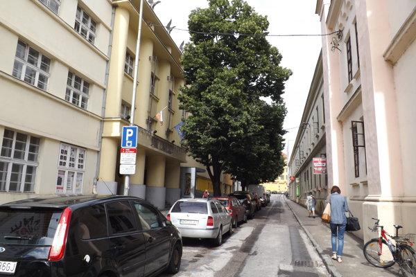 Ulica, na ktorej sídli divadlo, je pomenovaná po 7. pešom pluku.