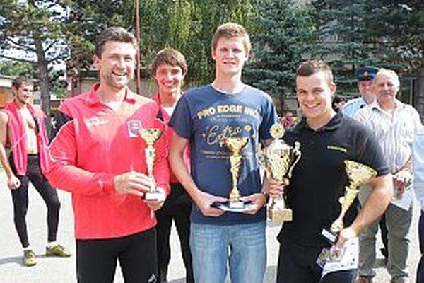 Zástupca Trstia (prvý zľava) má radosť z tretieho miesta. Ešte viac sa tešia zástupcovia víťazného Podhoria, ktorí si odnášajú aj putovný pohár.