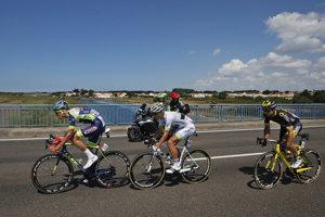 Francúzski cyklisti Yoann Offredo (vľavo), Kevin Ledanois (v strede) a Jerome Cousin v úniku počas prvej etapy na Tour de France 2018.