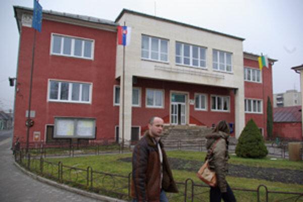 Mestskí poslanci schválili mimiriadnu dotáciu pre základnú školu.
