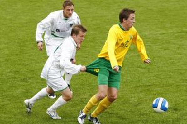 Mladý talentovaný záložník MŠK, Bosniak Eldar Hasanovič (vpravo), sa proti rezerve Prešova nepresadil.