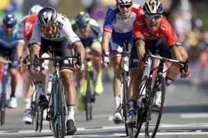Peter Sagan (vľavo) víťazí v druhej etape na Tour de France 2018.