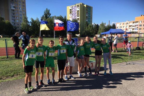 Výprava mladších žiakov AC Nové Zámky s predsedom klubu Štefanom Straňovským, ktorá si famózne počínala na M-SR v Michalovciach.