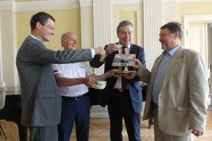 Knihu pokrstili (zľava) viceprimátor J. Vančo, riaditeľ múzea A. Števko, primátor J. Dvonč a vydavateľ V. Bárta.