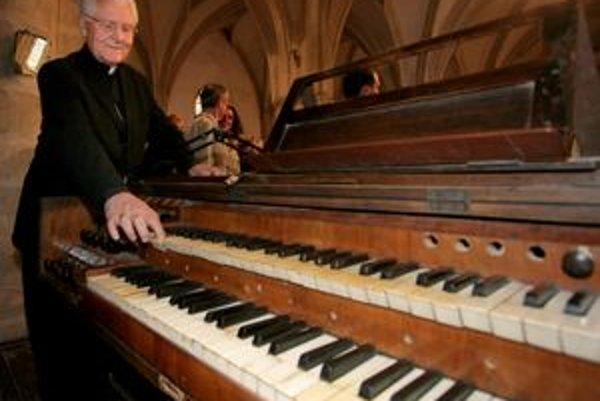 Mons. Ján Sokol pri organe v Dóme sv. Martina v roku 2006.