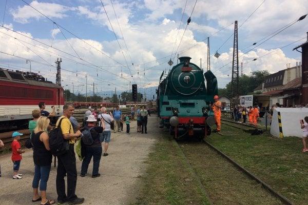 Vlak ťahaný parným rušňom čakali mnohí.