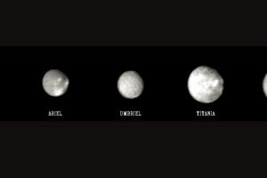 Urán má dokopy 27 mesiacov. Na zloženom zábere je päť hlavných mesiacov - z ľavej strany Miranda, Ariel, Umbriel, Titania, Oberon.