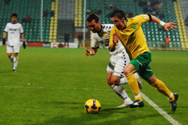 Domáci Admir Vladavič (vpravo) dokázal v nadstavenom čase dať 5. gól domácich.