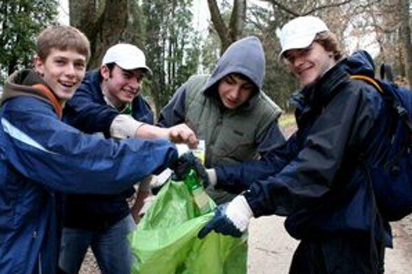 Minulý rok pri čistení lesoparku pomáhali aj mladí.
