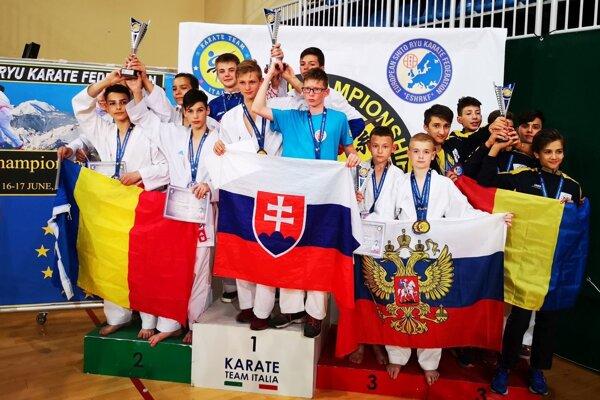 Šimon Válek z Trstenej sa tešil so slovenskými kadetmi zo zlatej medaily.