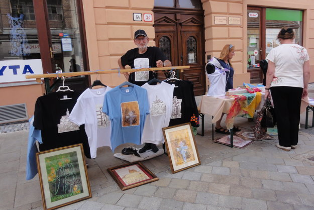František Tóth a jeho tričká s obrázkami.