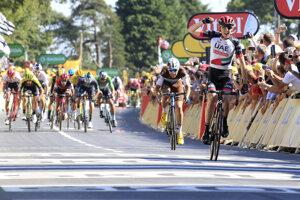 Peter Sagan (vzadu v zelenom drese obsadzuje ôsme miesto v 6. etape na Tour de France 2018.