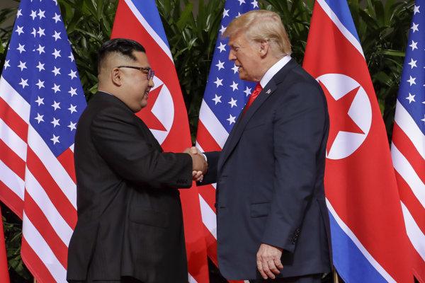 Donald Trump a Kim Čong-un sa stretli 12. júna na summite v Singapure.