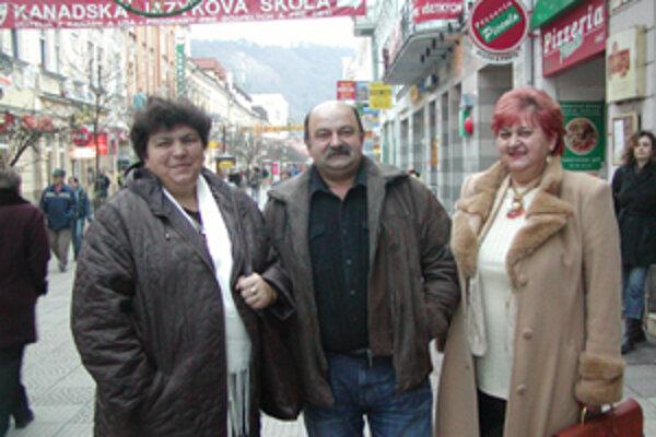 Anna Bieliková, František Maňák a Margita Šplháková (vpravo) mali z neplánovaného stretnutia v našej redakcii radosť.