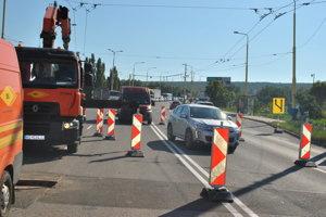 Práce a obmedzenia na moste sa skončia v sobotu.