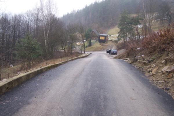 Mesto Žilina v minulom roku investovalo do cesty vedúcej vysoko nad obec, kde býva len pár ľudí a stojí niekoľko chát, takmer milión korún. V obci však už niekoľko rokov žiadnu cestu nerekonštruovali.