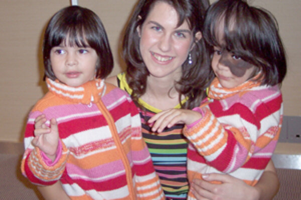 Barborka Ondrejčíková (v strede) sa snažila vytancovať pomoc pre Reňušku Svrčkovú (vpravo). Oporou malej Renky je jej sestrička Jessica.