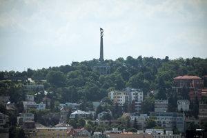 Slavín. Autorom výtvarného riešenia pamätníka je Ján Svetlík. Na vojenskom cintoríne je pochovaných 6 845 vojakov Červenej armády.