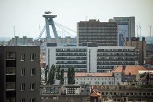 Panoráma Bratislavy s vyhliadkovou vežou UFO na Moste SNP, výstavný komplex Incheba, hotel Kyjev a budova ministerstva práce.
