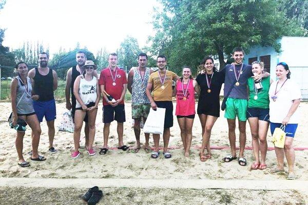 Snímka najlepších dvojíc z minuloročného turnaja mužov a žien v Zlatých Moravciach.