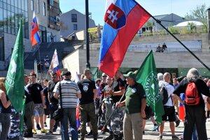 Účastníci protestného zhromaždenia proti imigrantom v Žiline.