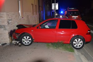 Golf skončil v múre, vodič potom v policajnej cele.