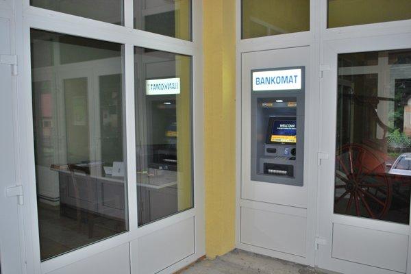 Vo Vyhniach majú bankomat na miestnom úrade.