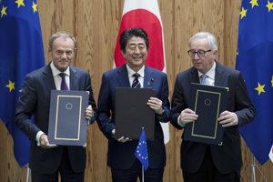 Japonský premiér Šinzó Abe (uprostred) pózuje s predsedom Európskej rady Donaldom Tuskom (vľavo) a predsedom Európskej komisie Jeanom-Claudeom Junkerom (vpravo) po podpísaní kontraktu o voľnom obchode na summite EÚ-Japonsko v Tokiu.