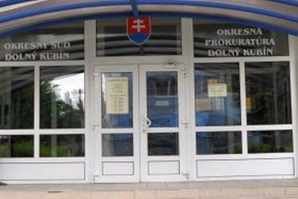 Zamestnanec Okresnej prokuratúry po policajnom zadržaní skončil v nemocnici.