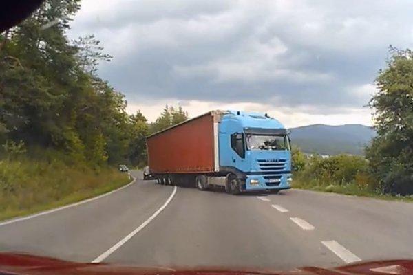 Video zachytáva nezodpovedného vodiča kamiónu.
