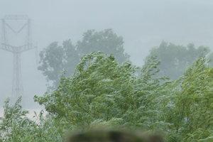 Na západnom Slovensku môžeme očakávať silný vietor a zrážky.